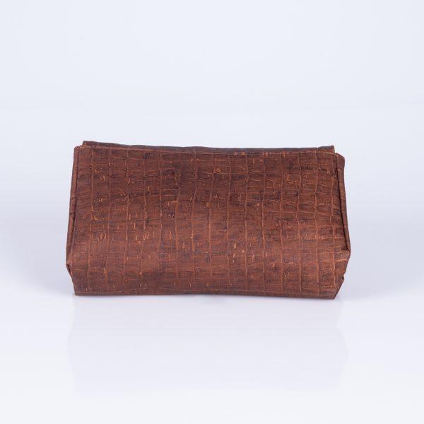 Diese Elegante und schlichte Clutch aus braunen Croco – Korkleder, ist der ideale Begleiter für jede Feier oder Party. Hinteransicht