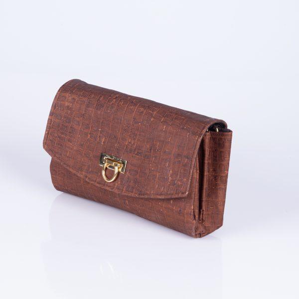 Diese Elegante und schlichte Clutch aus braunen Croco – Korkleder, ist der ideale Begleiter für jede Feier oder Party. Seitenansicht