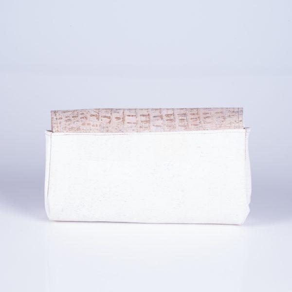 Diese Elegante und schlichte Clutch aus Korkleder in weiß und Croco beige, ist der ideale Begleiter für jede Feier oder Party. Hinteransicht