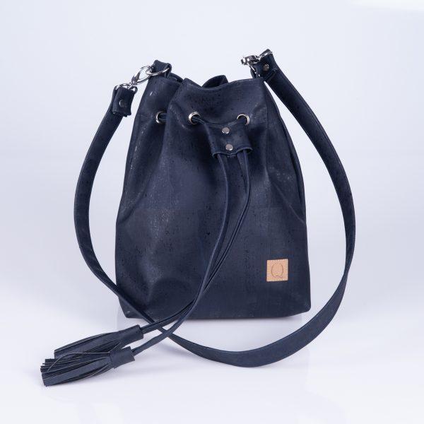 Elegante, praktische und stylische Bucket Bag aus dunkelblauen Korkleder für den täglichen Gebrauch. Vorderansicht