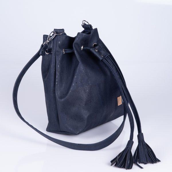Elegante, praktische und stylische Bucket Bag aus dunkelblauen Korkleder für den täglichen Gebrauch. Seitenansicht