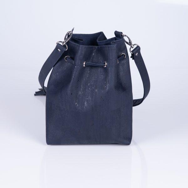 Elegante, praktische und stylische Bucket Bag aus dunkelblauen Korkleder für den täglichen Gebrauch. Hinteransicht