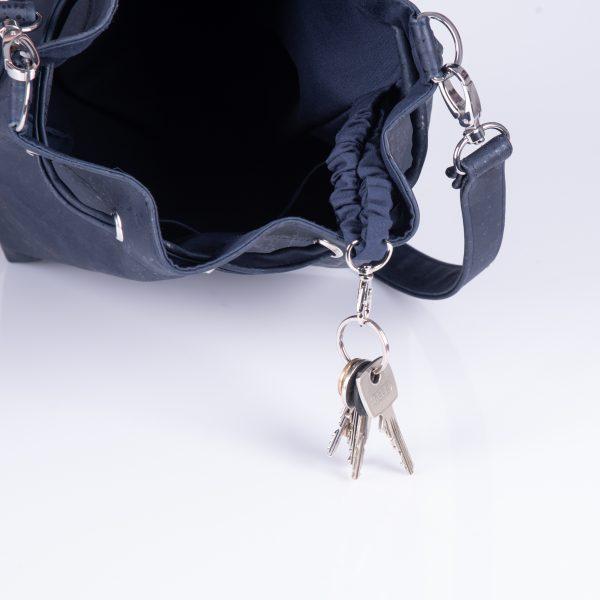 Elegante, praktische und stylische Bucket Bag aus dunkelblauen Korkleder für den täglichen Gebrauch. Innenansicht.