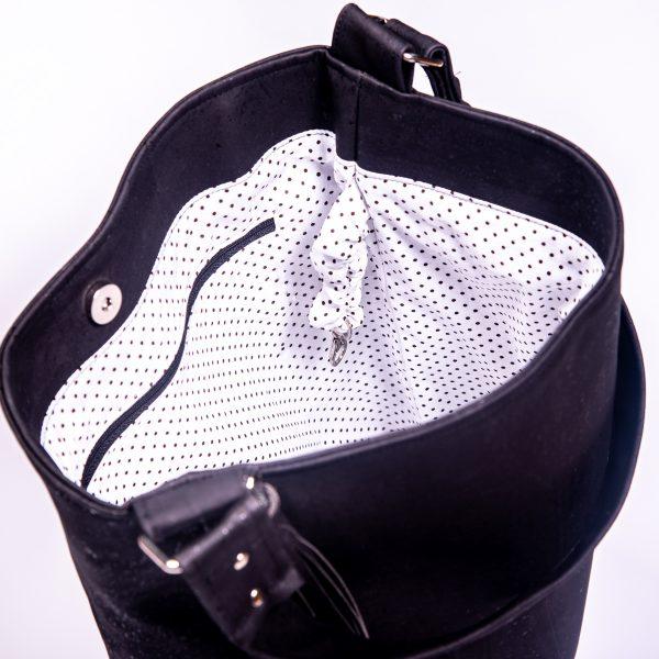 Stylische, funktionales und elegantes Raumwunder aus schwarzen Korkleder Keyfinding Innenansicht