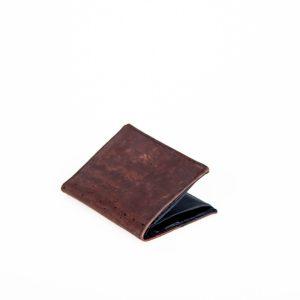 Schlichte, flache und praktische Korkledergeldbörse in braun. Elegant und zeitlos. Außenansicht.