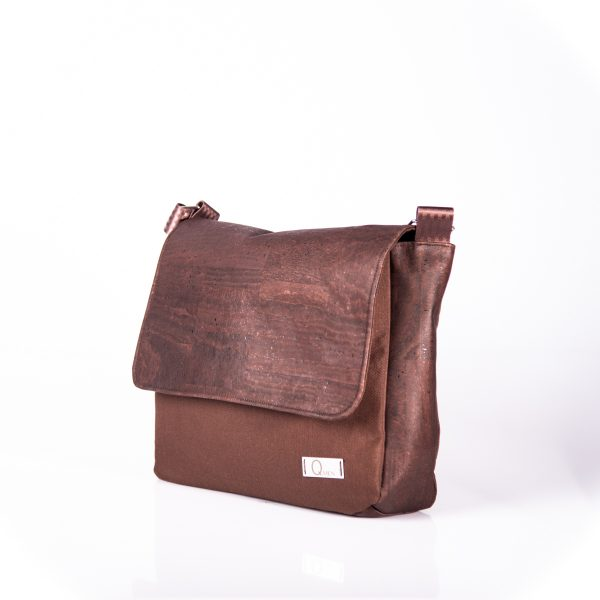 Funktionell, zeitlos, elegante Messenger Bag aus braunen Korkleder und braunen Outdoorstoff. Seitenansicht