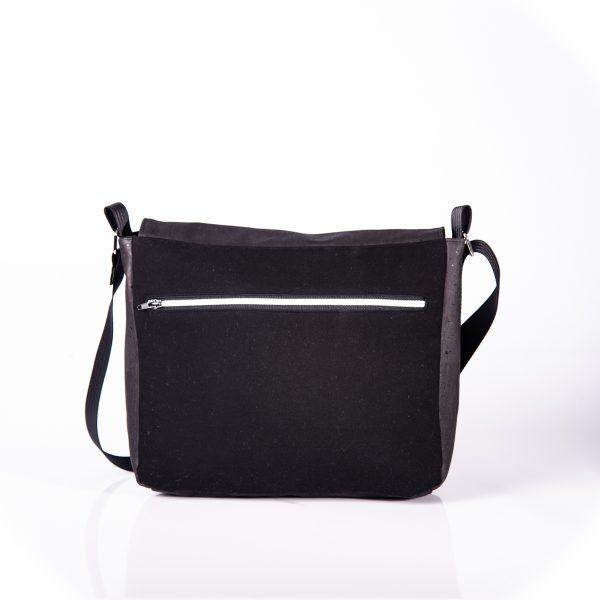 Funktionell, zeitlos, elegante Messenger Bag aus schwarzen Korkleder und schwarzen Outdoorstoff. Hinteransicht