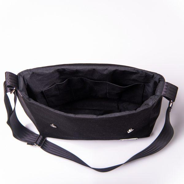 Funktionell, zeitlos, elegante Messenger Bag aus schwarzen Korkleder und schwarzen Outdoorstoff Innenansicht