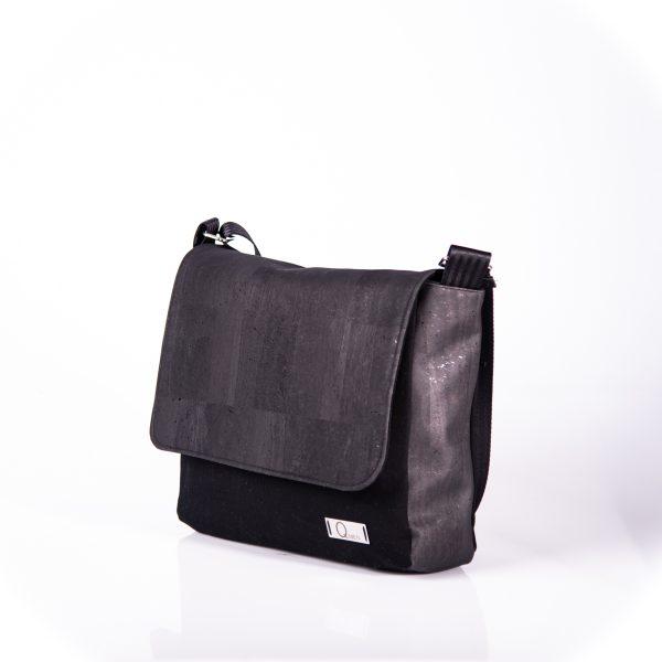 Funktionell, zeitlos, elegante Messenger Bag aus schwarzen Korkleder und schwarzen Outdoorstoff Seitenansicht