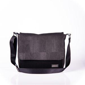 Funktionell, zeitlos, elegante Messenger Bag aus schwarzen Korkleder und schwarzen Outdoorstoff Vorderansicht