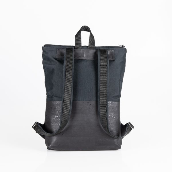 Urban, trendig, praktisch, mobil, flexibel ist der City – Rucksack Annabelle in All Black Hinteransicht.